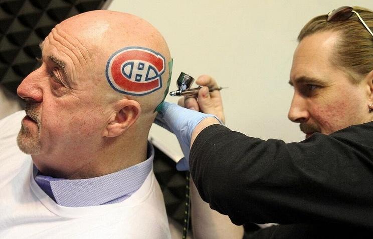"""Мэр канадского города Тандер-Бэй Кит Хоббс с татуировкой в виде логотипа хоккейного клуба """"Монреаль Канадиенз"""""""