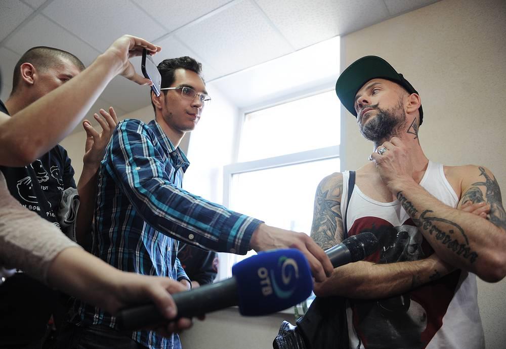 """Участник группы Behemoth Адам """"Nergal"""" Дарский (справа) перед заседанием Октябрьского районного суда"""
