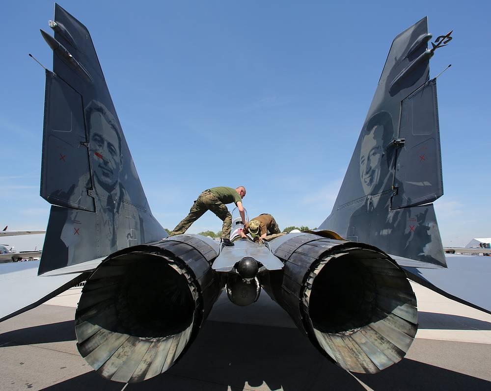 Механики осматривают самолет МиГ-29