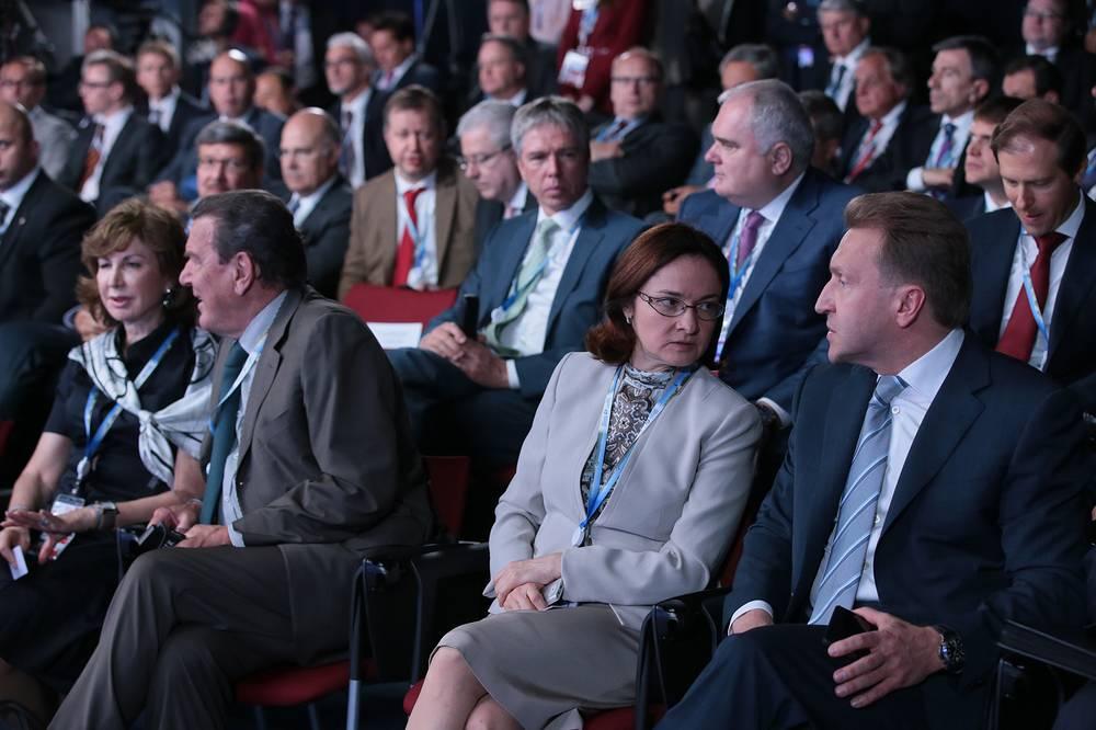 Первый вице-премьер РФ Игорь Шувалов, председатель Центрального банка РФ Эльвира Набиуллина (справа) на встрече с руководителями крупнейших иностранных и российских компаний и бизнес-ассоциаций