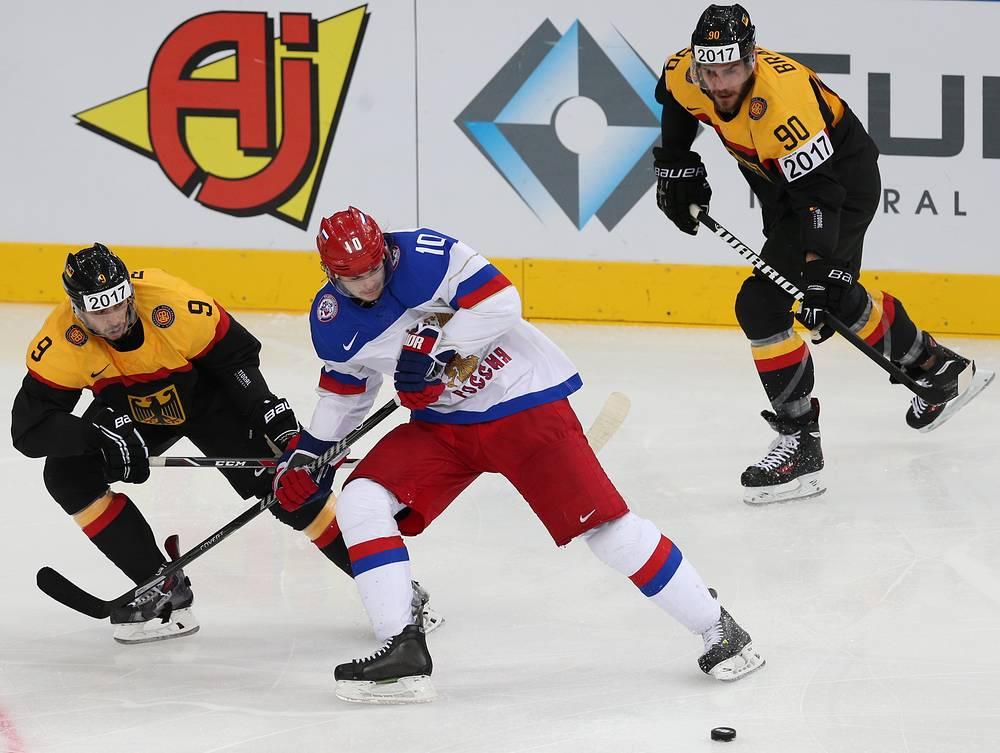 Игроки сборных Германии Тобиас Ридер, России Виктор Тихонов и Германии Константин Браун (слева направо) в матче чемпионата мира по хоккею