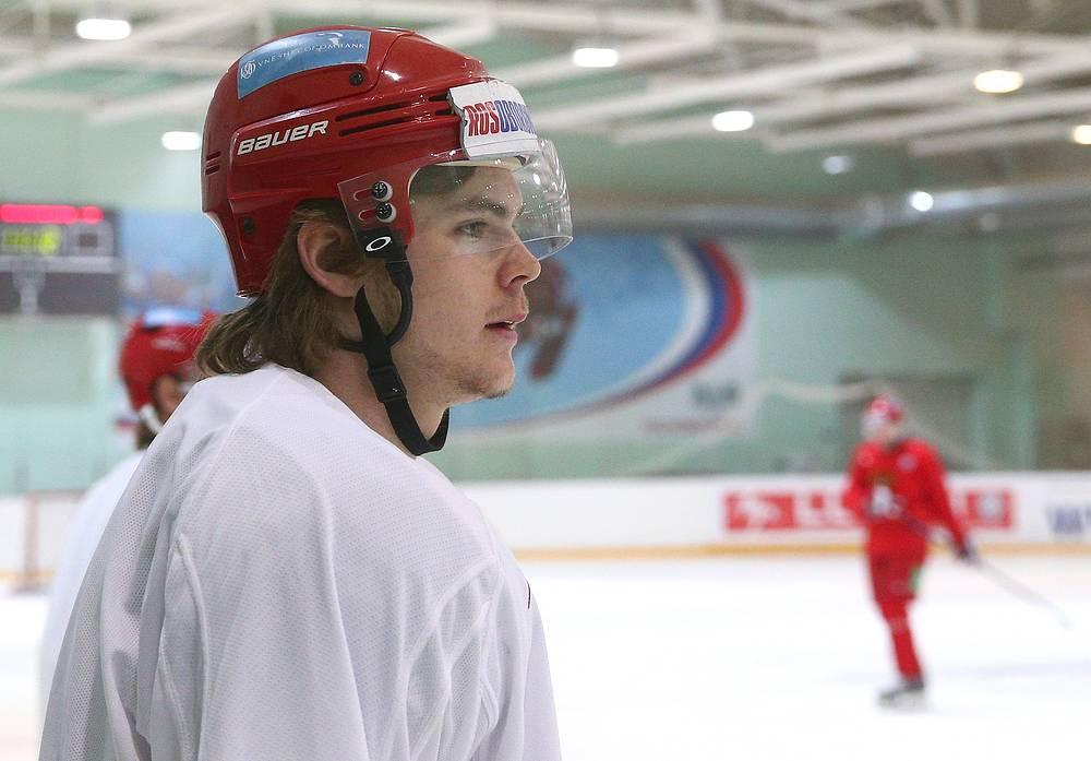 Игрок сборной России по хоккею Виктор Тихонов во время тренировки