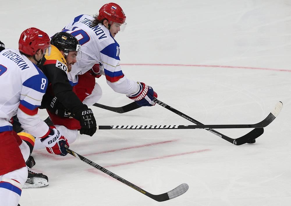 Игроки сборных России Александр Овечкин, Германии Константин Браун и России Виктор Тихонов (слева направо) в матче чемпионата мира по хоккею