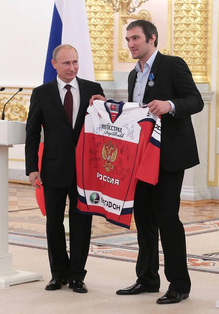 Владимир Путин и игрок сборной России по хоккею Александр Овечкин