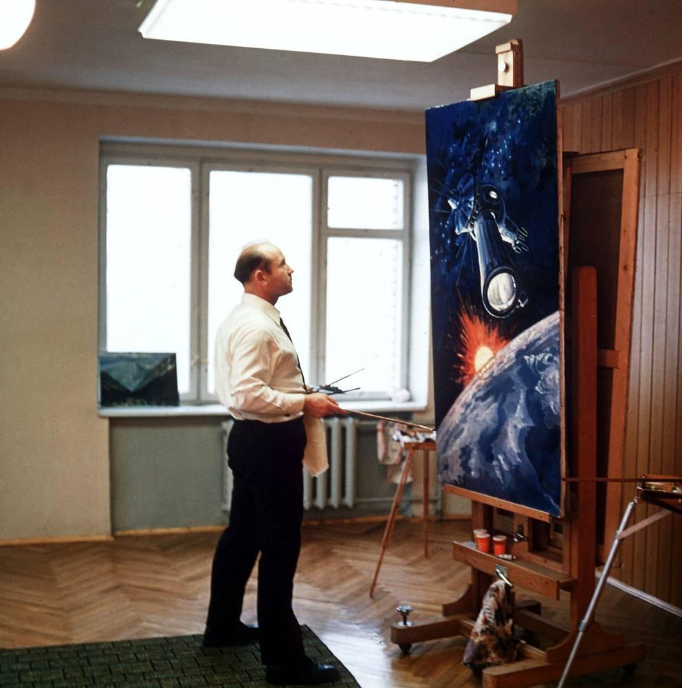 Леонов в своей мастерской за работой, 1979 год
