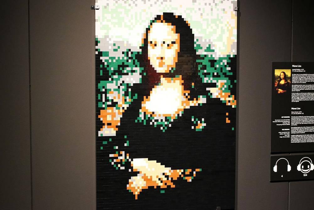 """Колорит экспозиции придают искусно выполненные картины из Lego, среди которых можно увидеть """"Мону Лизу"""" Леонардо да Винчи"""
