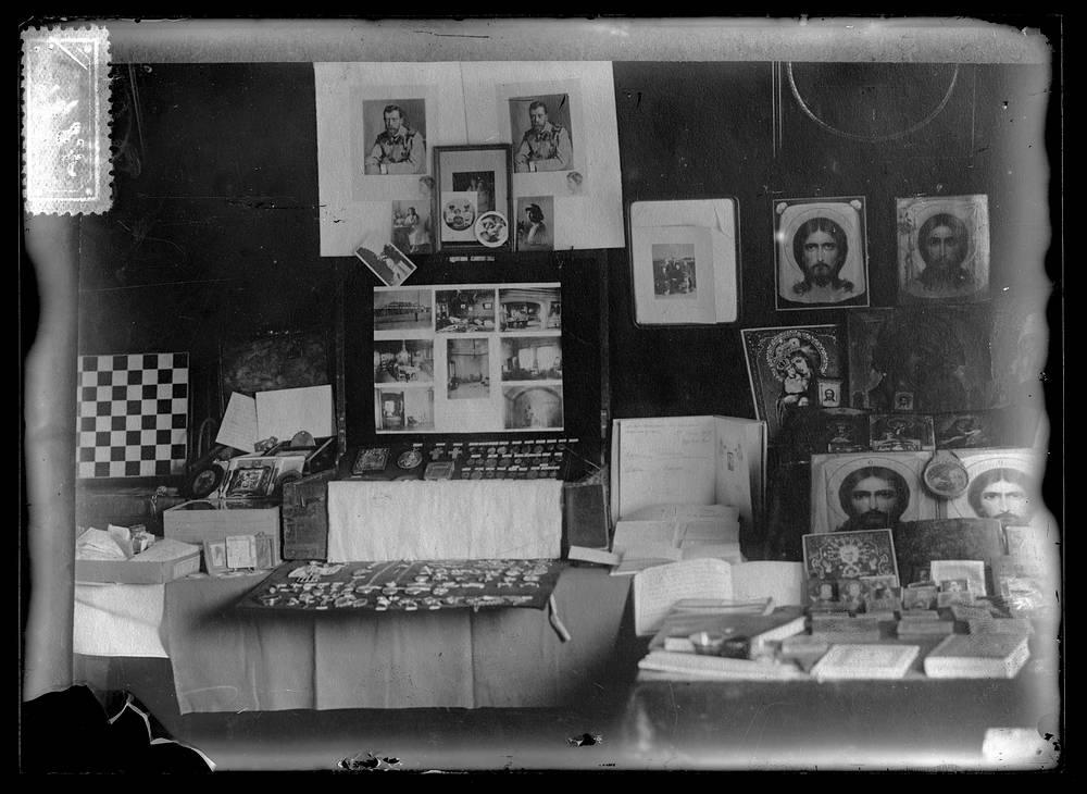 Иконы и вещи царской семьи, найденные в доме Ипатьева в Екатеринбурге. 1918. Госархив РФ