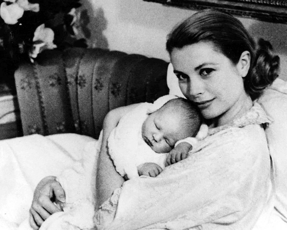 Князь Монако родился 14 марта 1958 года, его отец - Ренье III, мать - американская актриса Грейс Келли. 17 марта 1958 года