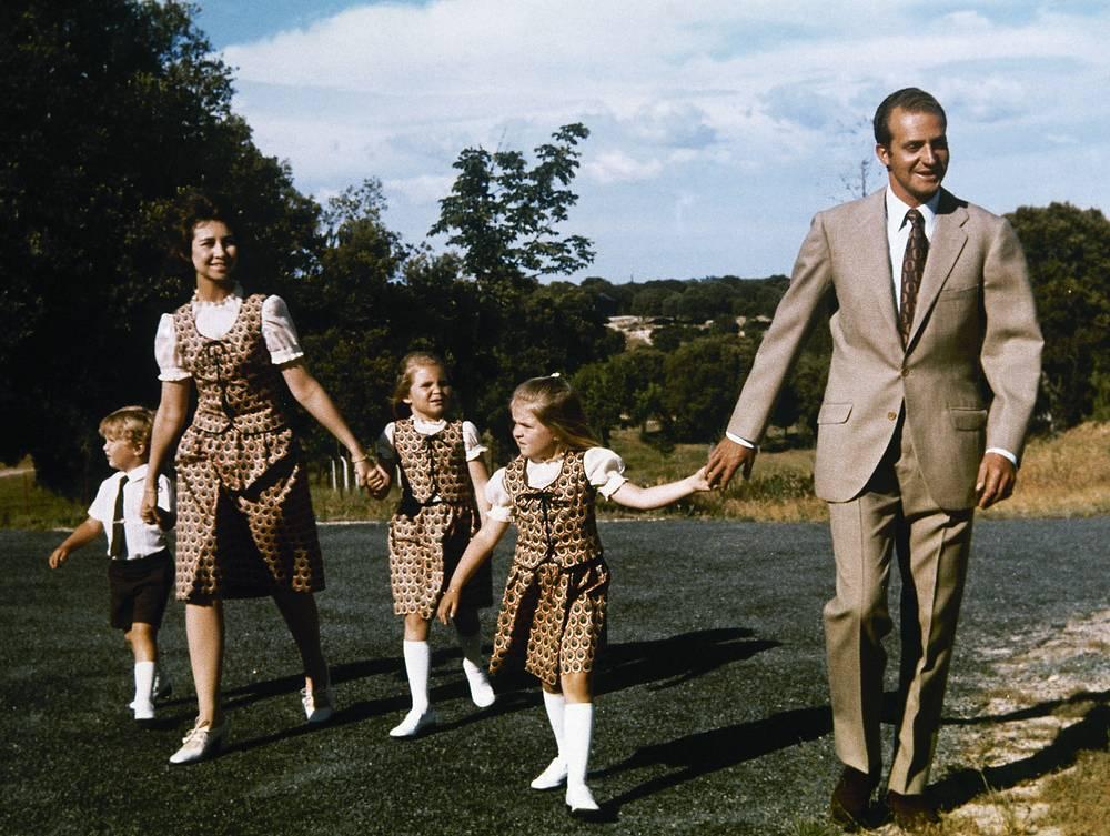 Принц Хуан Карлос де Бурбон с семьей за несколько месяцев до восшествия на престол. На фото: (слева направо) сын Хуана Карлоса принц Фелипе; супруга будущего короля Испании принцесса София; их дочери инфанты Елена и Кристина; принц Хуан Карлос де Бурбон, 1975 год