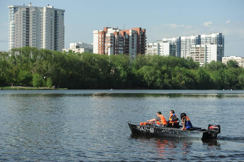 Учения сотрудников МЧС России по Свердловской области на городском пруду