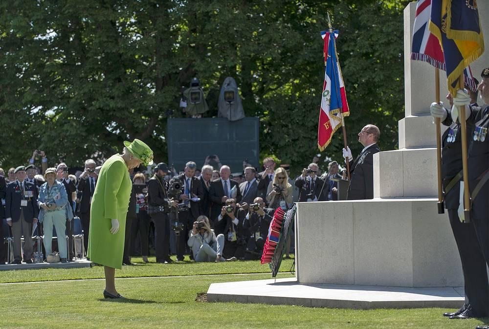 Королева Елизавета II возлагает венок к мемориальному комплексу в Байе
