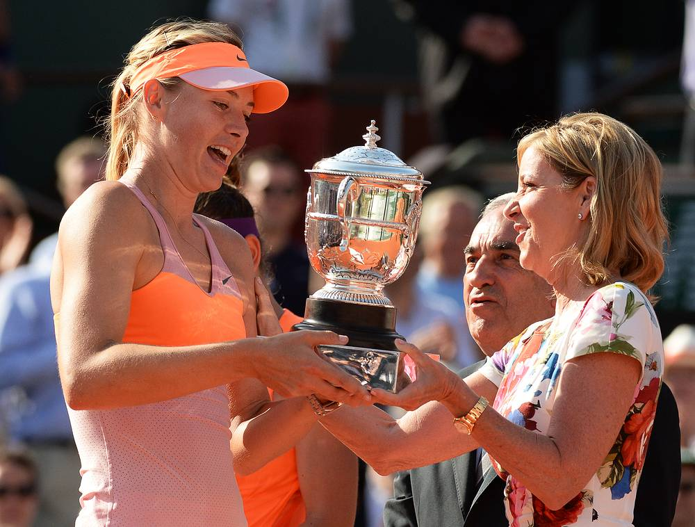 Трофей Шараповой вручала знаменитая в прошлом теннисистка Крис Эверт