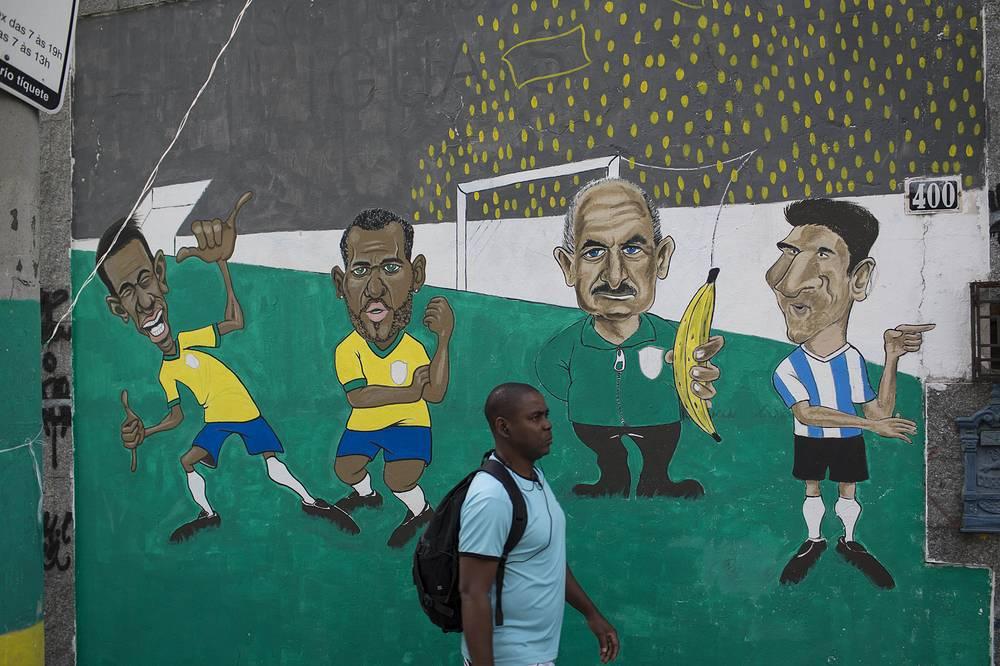 Граффити с изображением бразильских футболистов Неймара, Даниэла Алвеса, тренера Фелипе Сколари и игрока Аргентины Месси на одной из улиц Рио-де-Жанейро