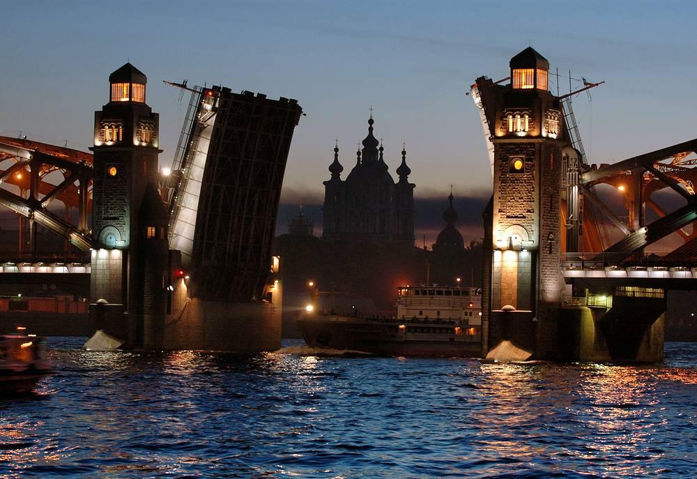 В навигационные сумерки (Солнце опускается не ниже 12 градусов под горизонт) петербургские белые ночи вписываются с запасом. Этот период длится с 5 мая по 10 июля
