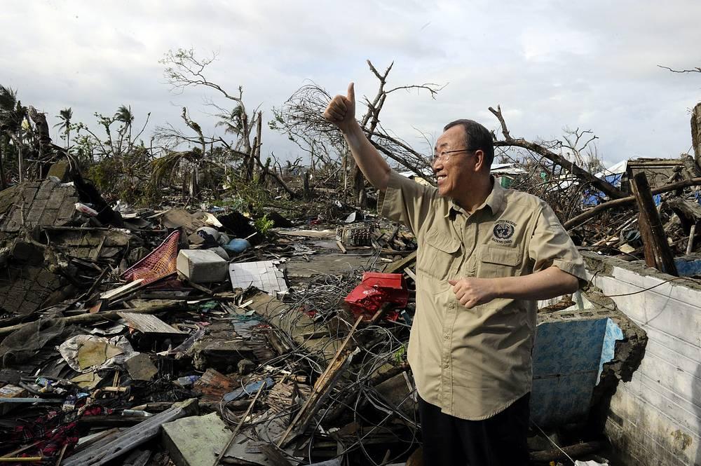 """Во время осмотра районов, пострадавших от тайфуна """"Иоланда"""", Филиппины, 2013 год"""