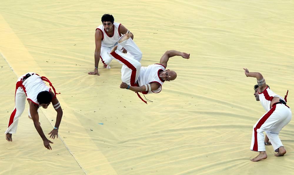 На арене традиционные индейские мотивы и танцы сменялись мастерами капоэйры, бразильского национального боевого искусства, сочетающее в себе элементы танца, акробатики, игры