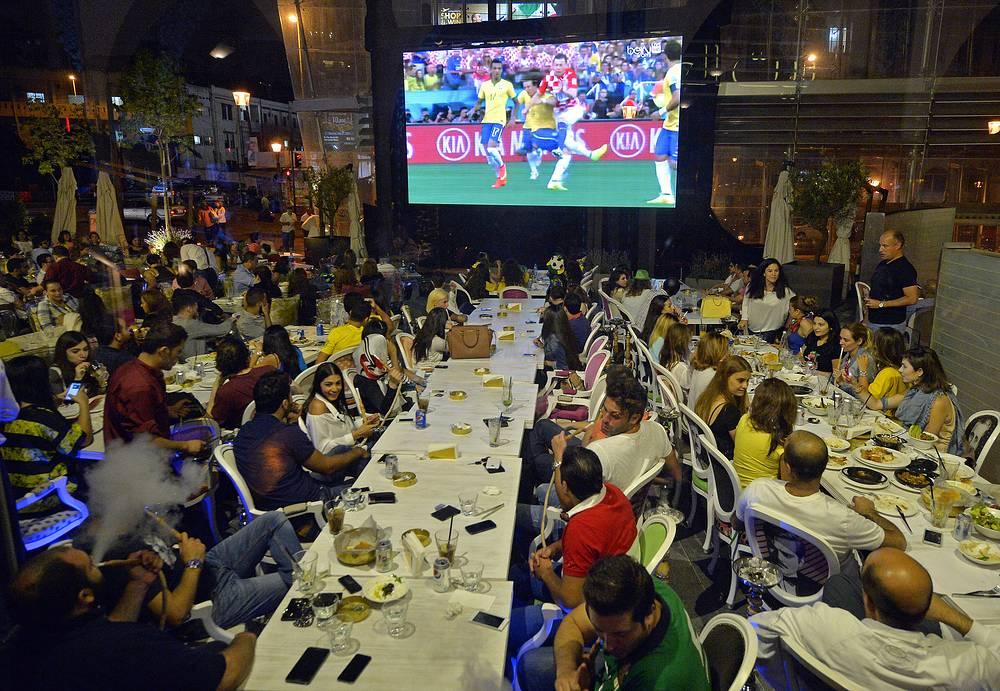 Ливанские болельщики в одном из баров Бейрута смотрят матч между сборными Бразилии и Хорватии