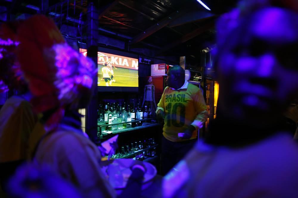 Трансляция матча между сборными Бразилии и Хорватии в баре в столице Кении Найроби