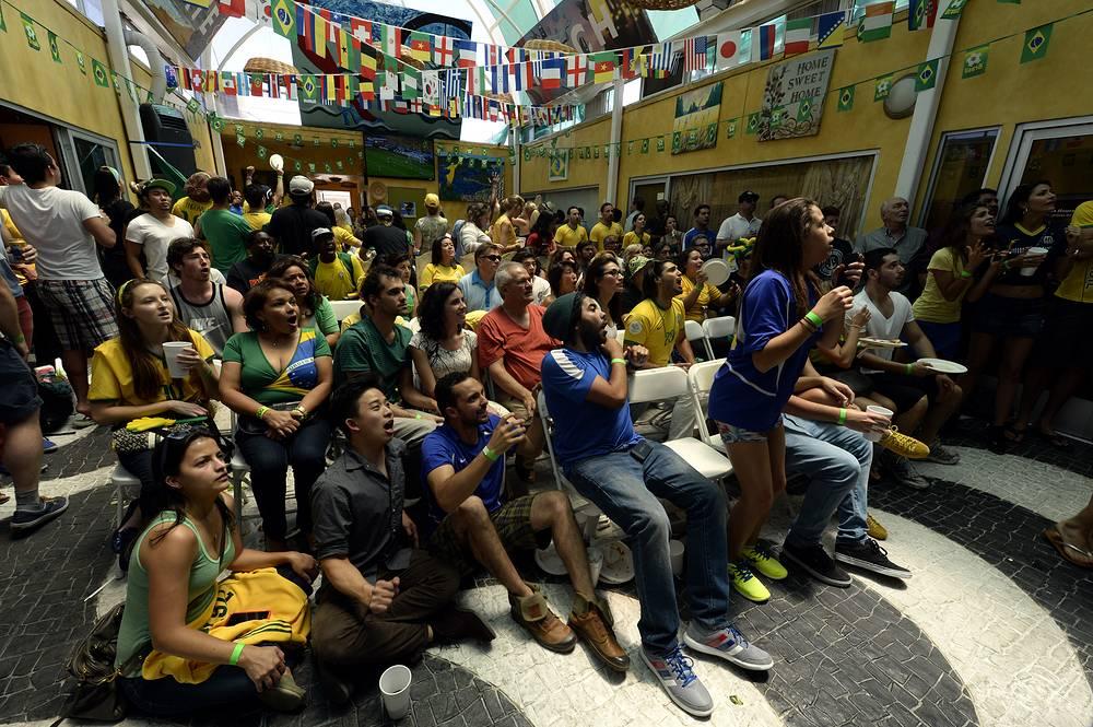 Болельщики смотрят трансляцию матча-открытия ЧМ в одном из баров Калвер-Сити в штате Калифорния