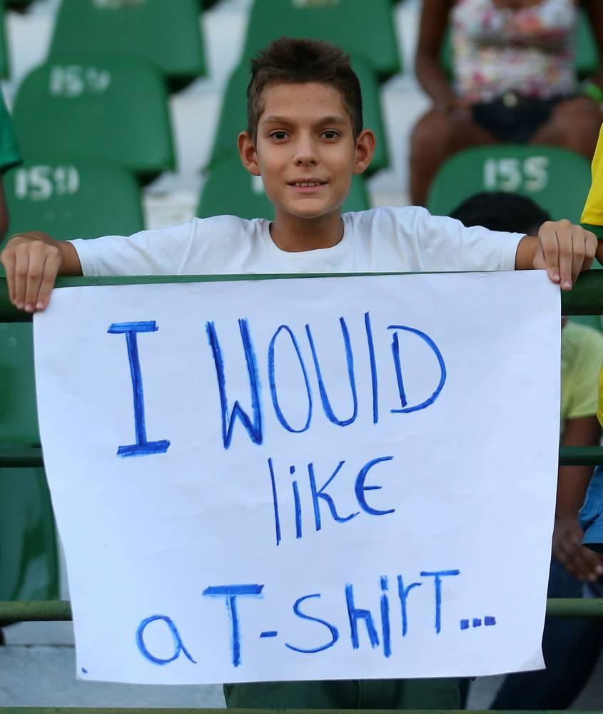 Этот юный болельщик предпочел мячу майку сборной