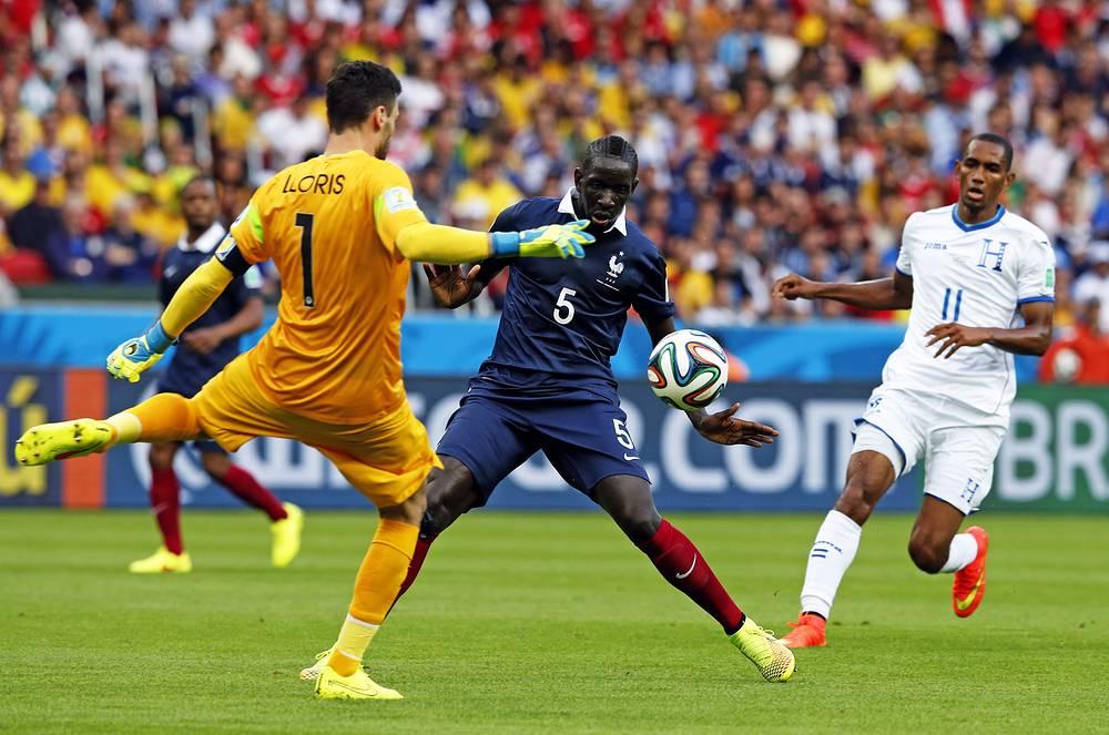 Вратарь сборной Франции Уго Льорис выбивает мяч из штрафной площади