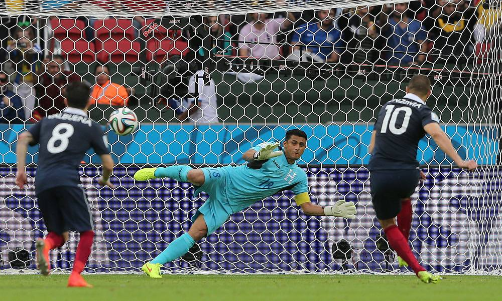 Нападающий сборной Франции Карим Бензема реализует пенальти