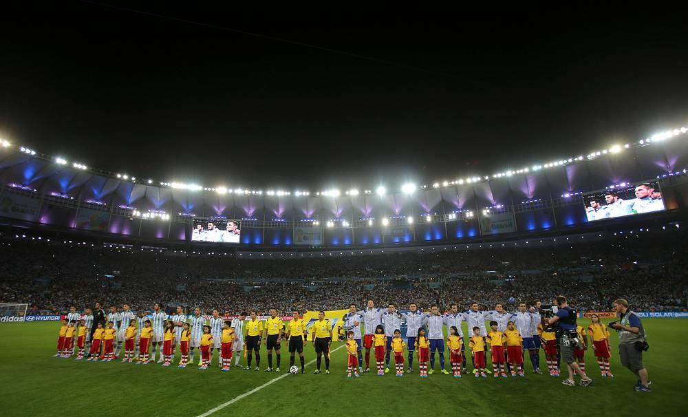 Игроки сборных Аргентины и Боснии и Герцеговины перед стартовым свистком