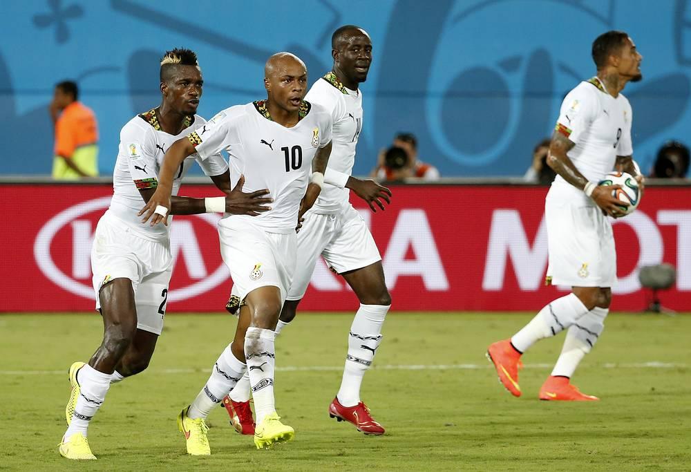 Игроки сборной Ганы поздравляют Андре Айю (№ 10) с голом в ворота сборной США