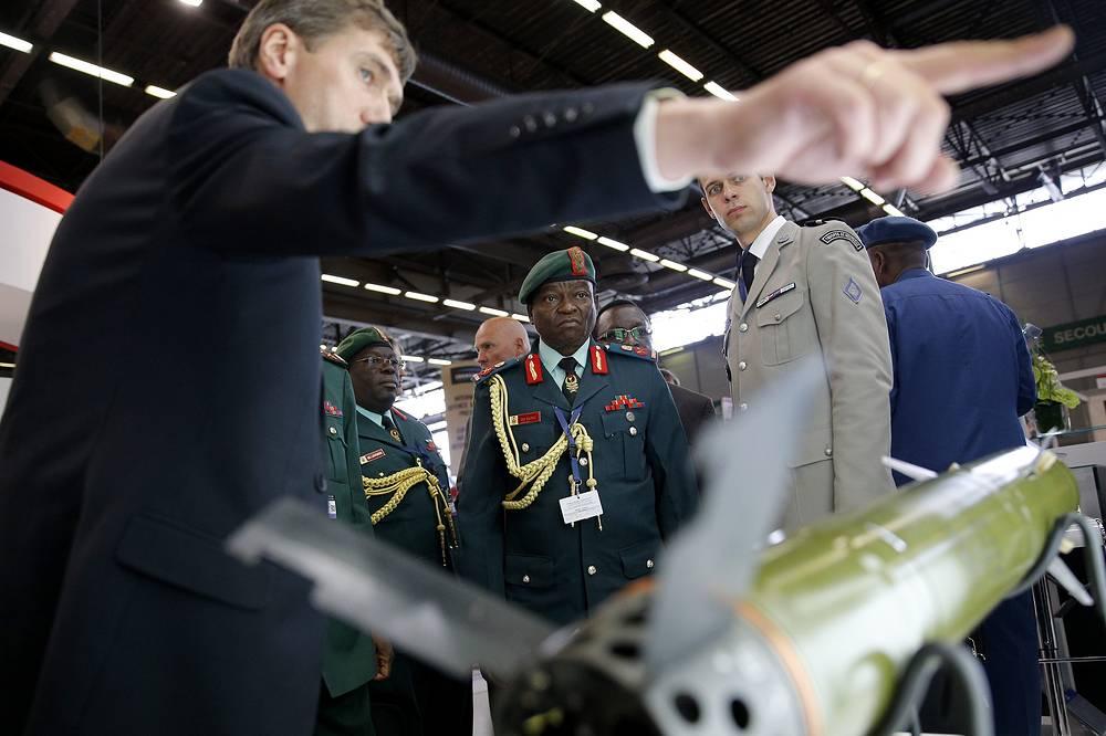 Офицеры из Танзании во время презентации новинок военной техники