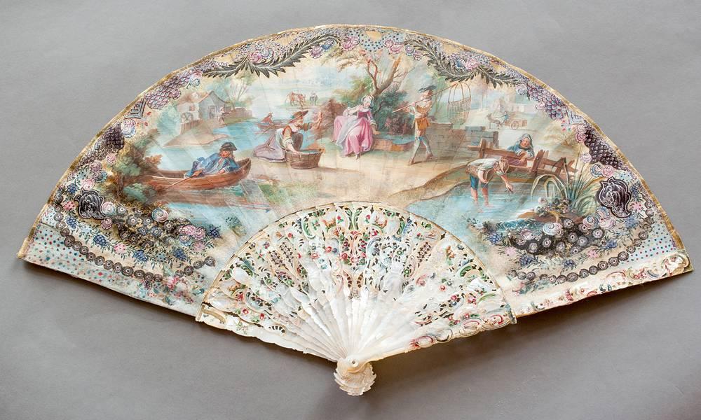 Франция. XVIII век Кожа, бумага, перламутр; резьба, роспись акварелью, гуашь