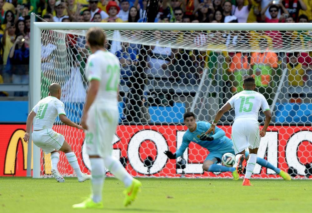 Полузащитник алжирской команды Софьян Фегули открывает счет