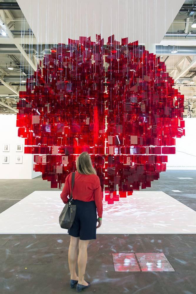 """Арт-инсталляция """"Continuel Mobile - Sphere rouge"""" (2001-2013) аргентинского художника Хулио ле Парка в секторе Unlimited, галерея Bugada and Cargnel (Париж)"""
