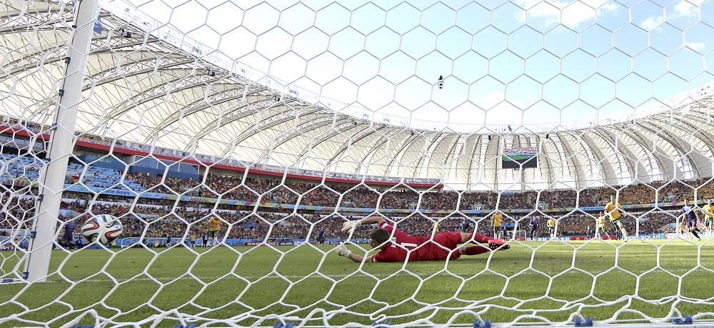 Мяч влетает в сетку ворот австралийской сборной