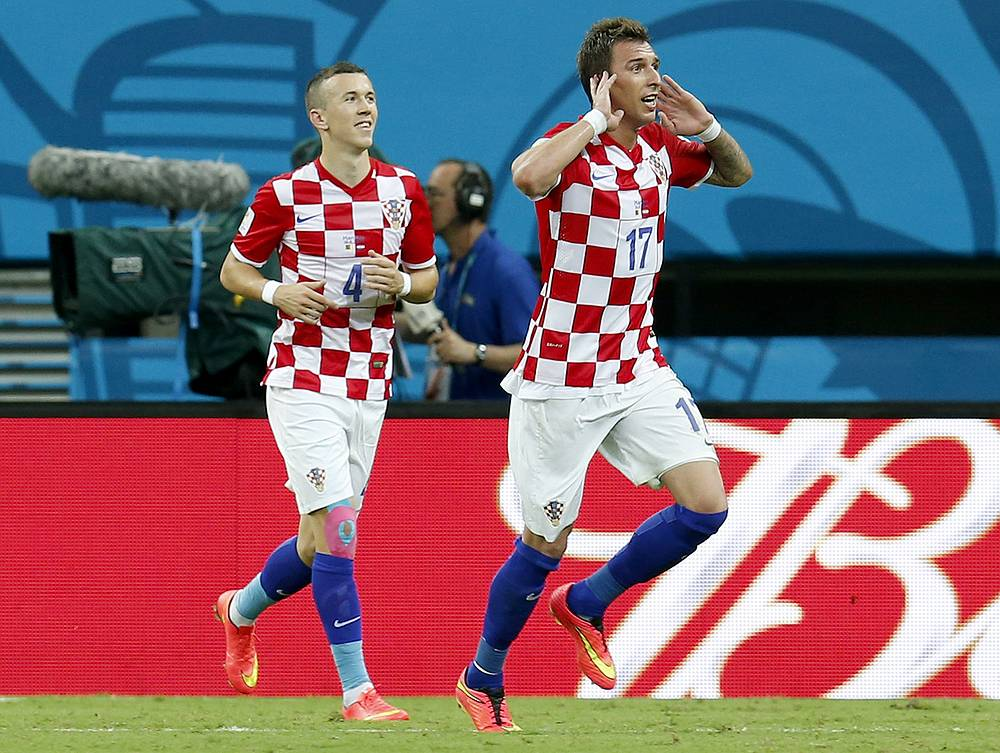 Марио Манджукич (справа) довел счет до разгромного