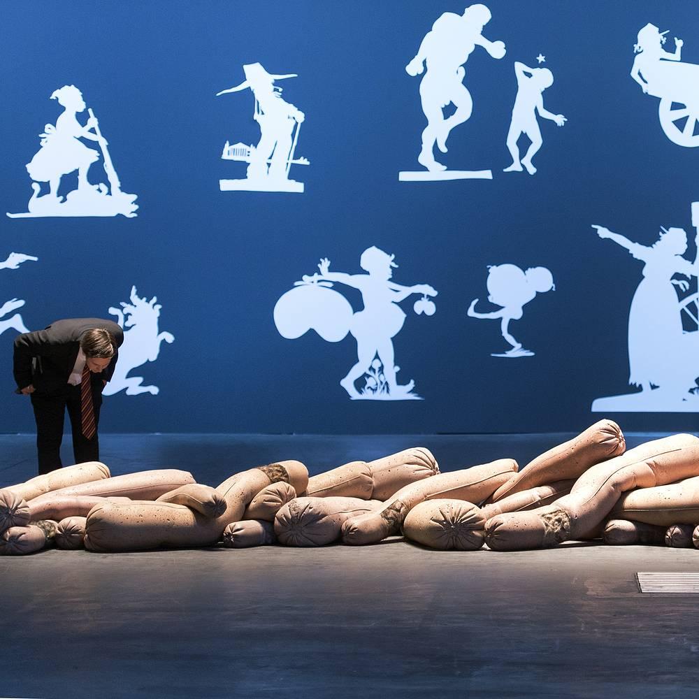 """Инсталляции """"Farrow"""" (2014) американского художника Гэвина Кеньона и """"The Sovereign Citizens Sesquicentennial Civil War Celebration"""" американской художницы Кары Уокер (2013) на заднем плане, сектор Unlimited"""