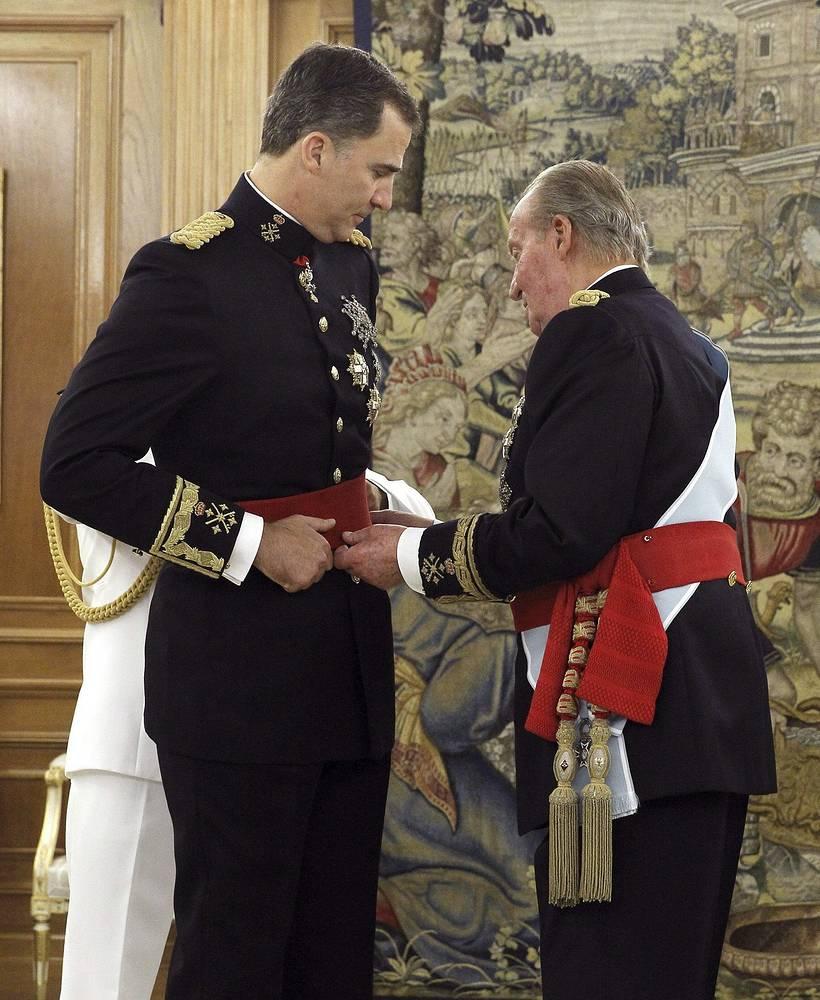 Отрекшийся от престола Хуан Карлос I передает новому королю Фелипе VI красный пояс - регалию главнокомандующего вооруженными силами государства