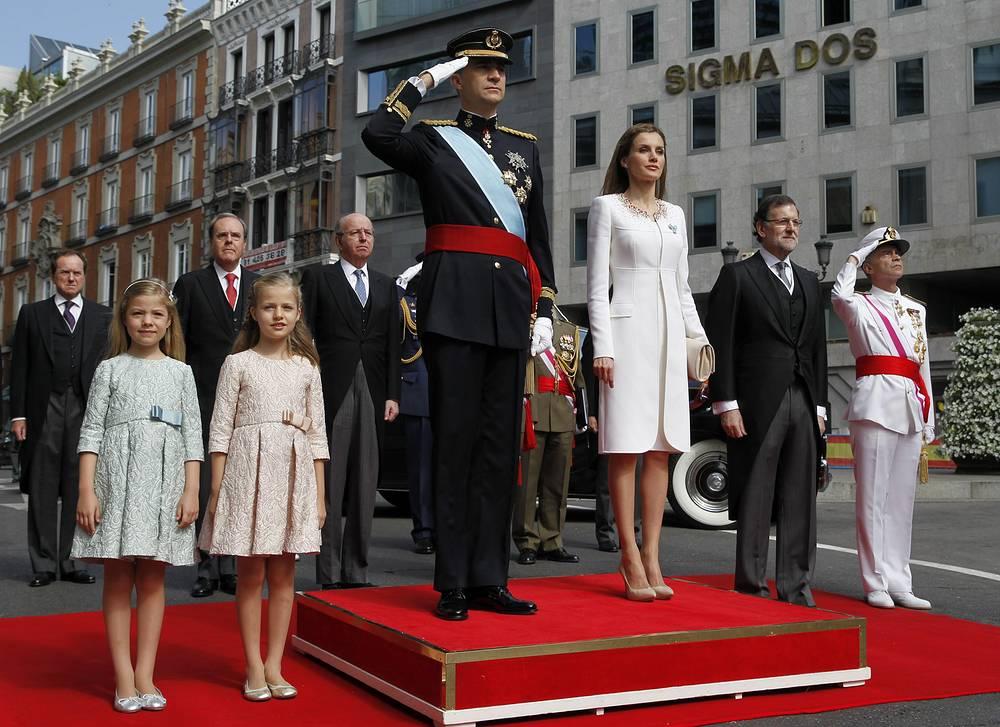 Новый король Испании Фелипе VI и королева Летисия (в центре), принцессы Леонор и София (слева), премьер-министр Испании Мариано Рахой (второй справа) во время исполнения национального гимна
