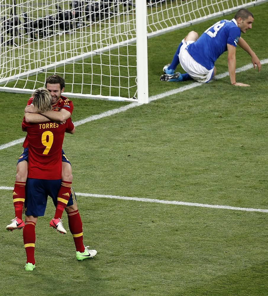 Финал Евро-2012: Хуан Мата празднует четвертый гол в ворота итальянцев. Встреча закончилась со счетом 4:0