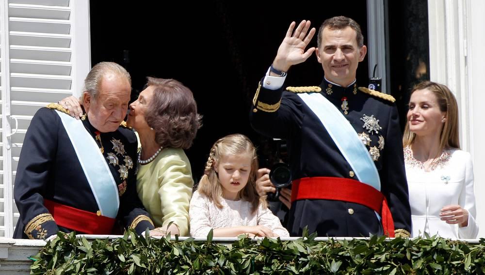 Дон Хуан Карлос, Донья София, принцесса Леонор, король Фелипе VI и королева Летисия на балконе Королевского дворца