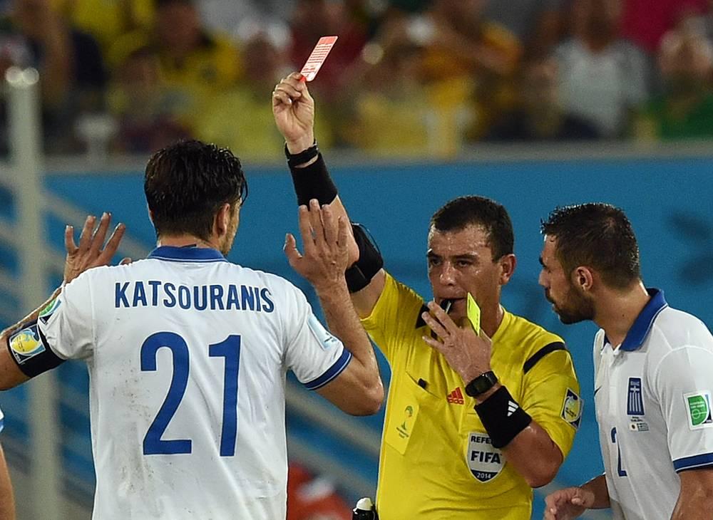 Капитан сборной Греции Константинос Кацурани был удален за две желтые карточки в конце первого тайма