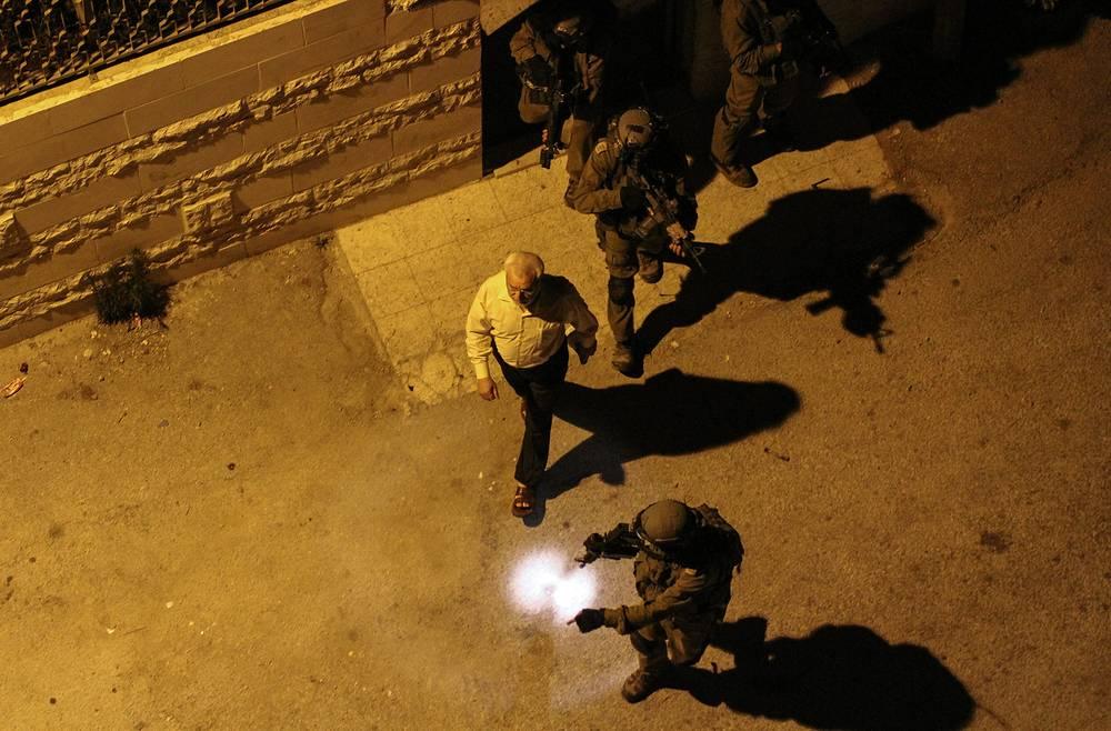 Израильские солдаты арестовывают спикера палестинского парламента Абдель Азиза ад-Дуэйка, одного из лидеров ХАМАС. Массовые аресты на Западном берегу прошли в ответ на похищение трех израильских подростков. 16 июня 2014 года