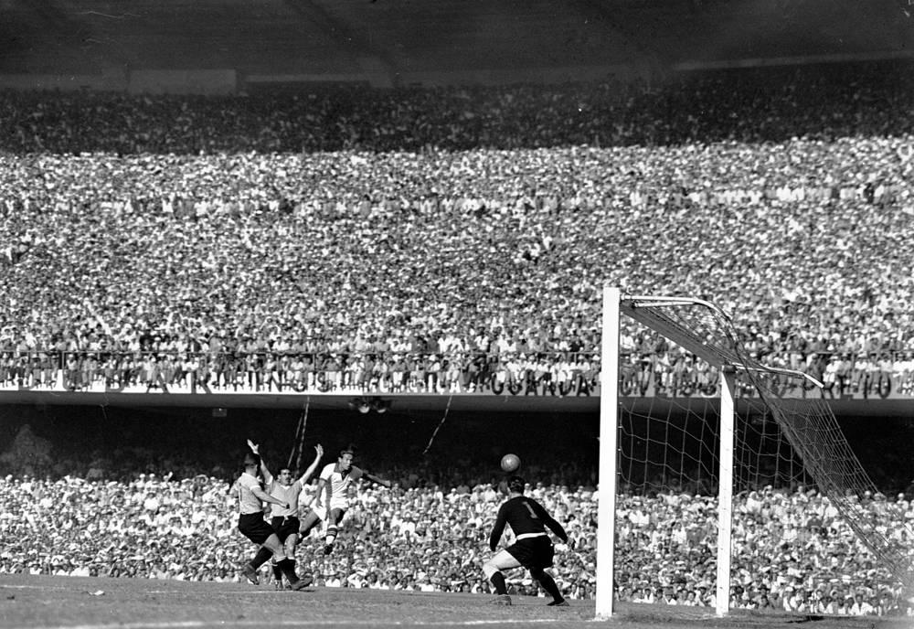 Первый матч - финал чемпионата мира-1950 между сборными Бразилии и Уругвая (2:1) - состоялся 16 июня 1950 года и стал крупнейшим в истории мирового футбола