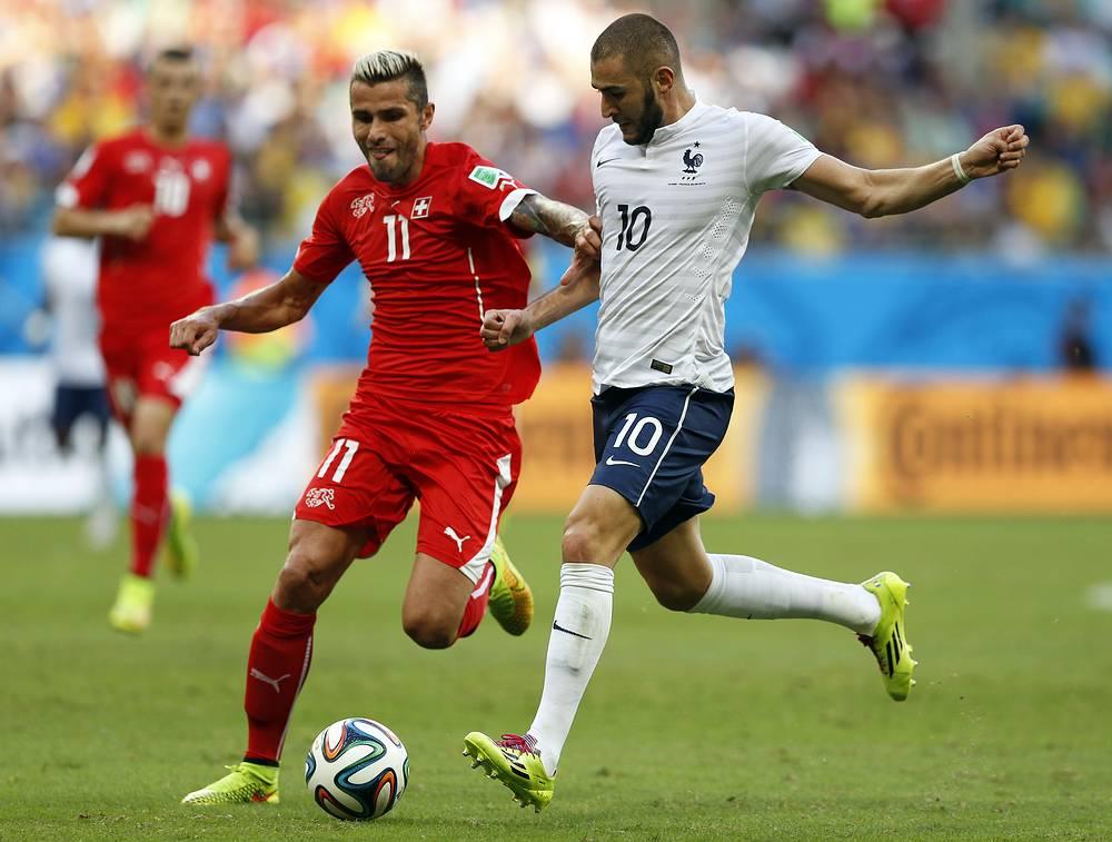 Полузащитник сборной Швейцарии Валон Бехрами в противоборстве с французским нападающим Каримом Бензема