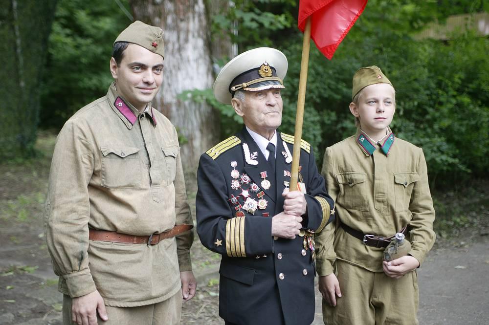 Фронтовик Николай Беляев (в центре), участвовавший в штурме Рейхстага в составе 756-го полка 150-й Идрицкой стрелковой дивизии.