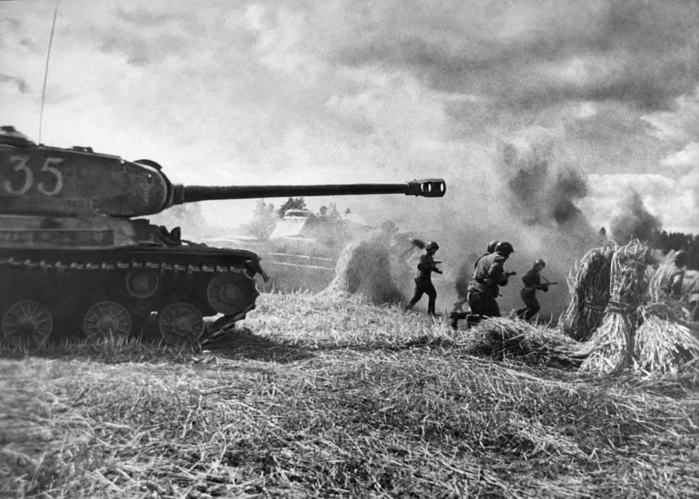 Пехотинцы в сопровождении танков идут в атаку, Прибалтийский фронт, 24 июня 1944 года