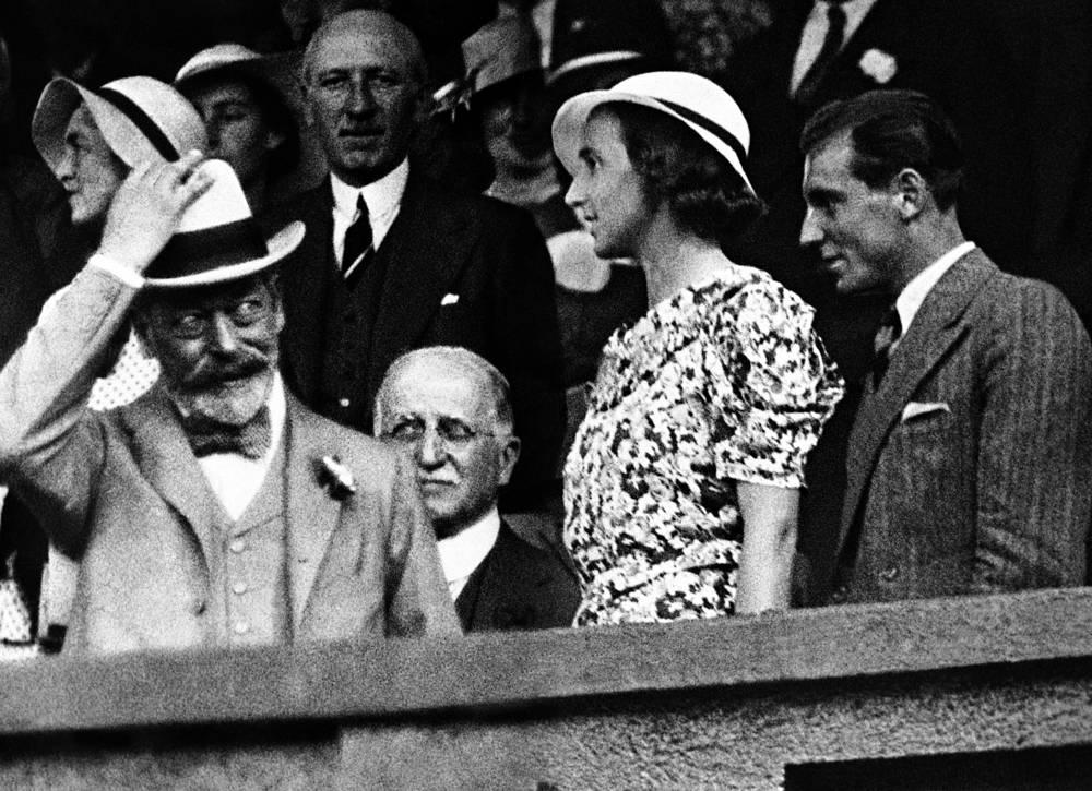 Король Соединенного Королевства Великобритании и Ирландии Георг V (слева) с Фредом Перри (крайний справа), 1934 год. Георг V и королева Мэри в 1926 году посетили Уимблдонский турнир, на котором должен был сыграть их второй сын Альбер, герцог Йоркский, впоследствии ставший королем Георгом VI. Матч он не выиграл, но остался единственным членом королевской семьи, который принимал участие в Уимблдонском турнире
