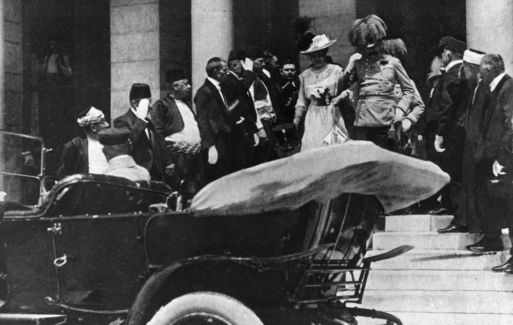 Визит Франца-Фердинанда и Софии Хотек в Сараево 28 июня 1914 года. Супруги садятся в автомобиль, в котором и будут убиты