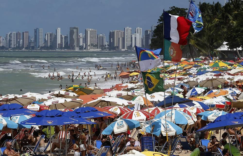 Благодаря жаркому и влажному климату в городах на побережье Атлантики загорать и играть в футбол можно круглый год. На фото: городской пляж в Ресифи