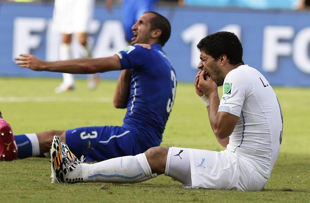 В матче с командой Италии (1:0) в рамках третьего тура группового этапа чемпионата мира в Бразилии нападающий сборной Уругвая Луис Суарес укусил защитника итальянской команды Джорджо Кьеллини (слева)