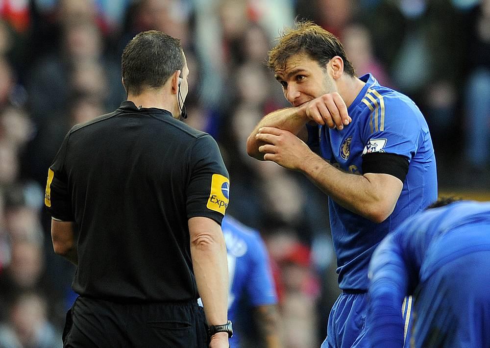 В итоге Футбольная ассоциация Англии (The FA) дисквалифицировала игрока уже на 10 матчей. На фото: Бранислав Иванович объясняет судье поступок Суареса